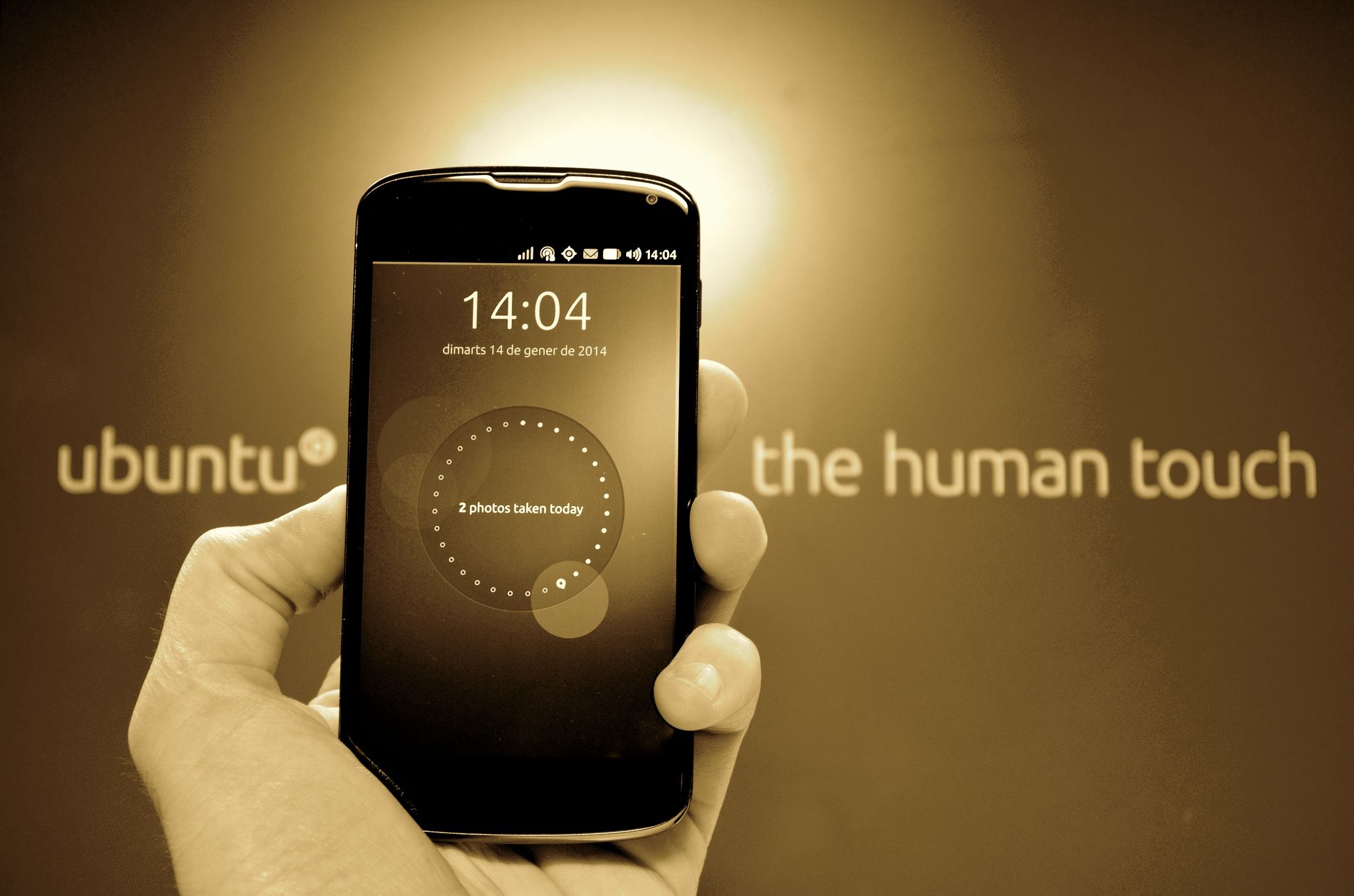 Can we have an open phone please? The case of the Ubuntu Phone